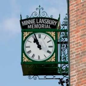 RTEmagicC_Minnie_Lansbury_clock.JPG-2